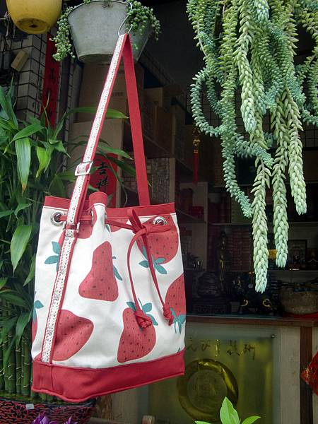 0927-草莓水桶包1.jpg