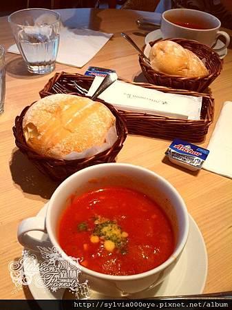 前菜-番茄蔬菜湯+麵包+奶油一顆