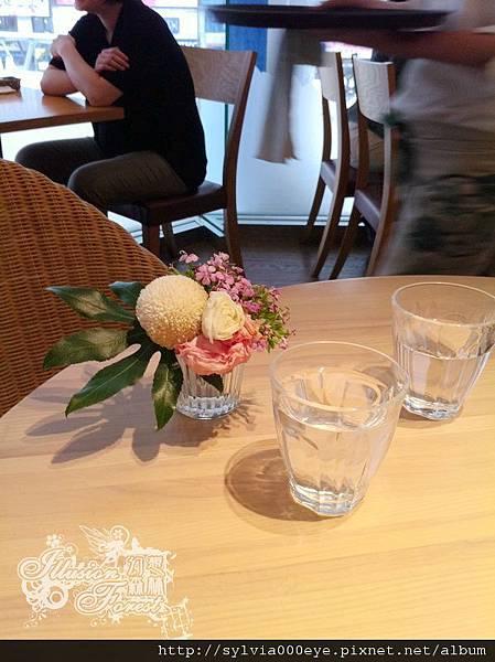 就是桌面,那是真花