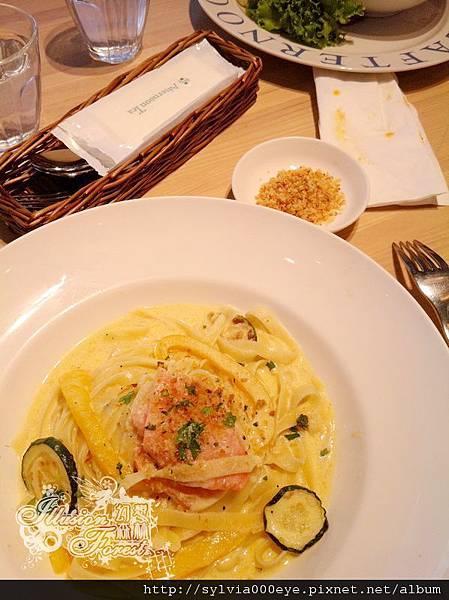 燻鮭檸檬奶油寬麵+甜魚鬆(右上角那個小盤子)