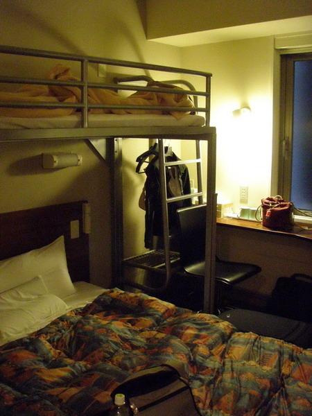 房間很小,不過設備新很舒服,附早餐而且有網路