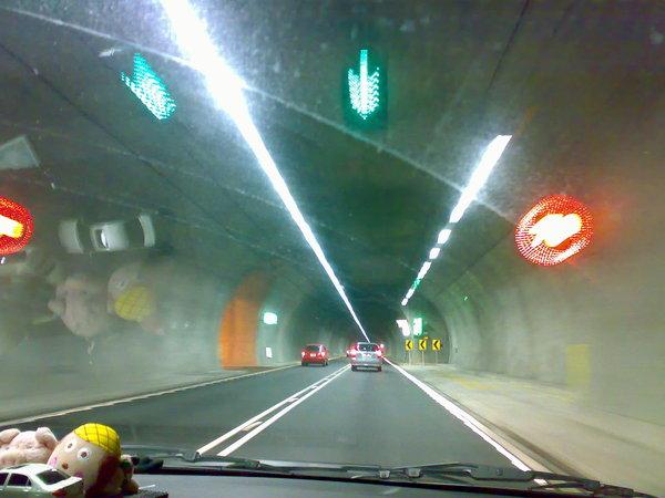 雪隧裡的特色就是用超亮LED燈作速限標示