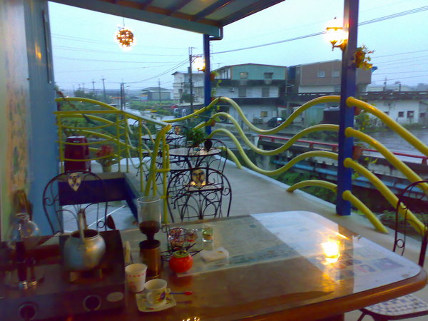 二樓觀景台,民宿主人說天氣好的時候他們會請客人在這裡用早餐