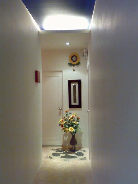 一進大門就是狹長走道,因為旁邊都是房間