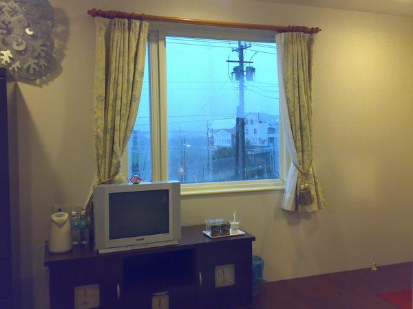 這房間有兩扇對外窗
