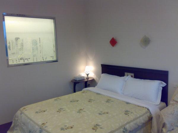 床和浴室隔間的造景玻璃,注意到玻璃上的向日葵了嗎?
