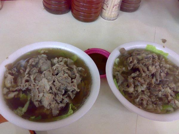右是當歸羊肉湯,左是藥燉羊肉湯,喝過藥燉再喝當歸一整個沒有味道