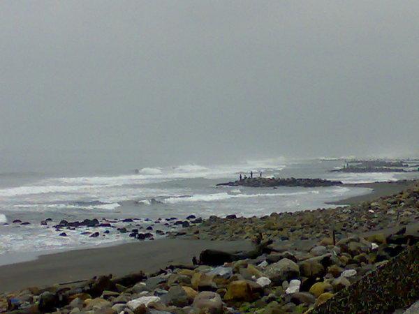 頭城海水浴場的高浪與釣客