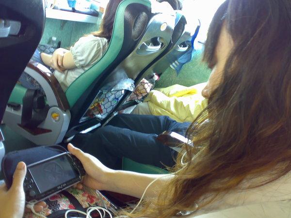 遊覽車上不想唱歌,用PSP看起卡通的waiting