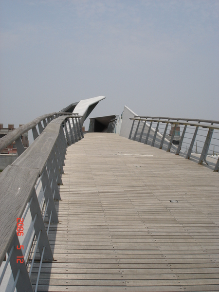 橋的側面,像不像一個蚵仔張口的模樣?