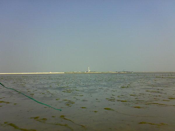 從潮間帶眺望的燈塔