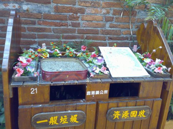 kuso照片之二 - 放滿塑膠花的垃圾桶