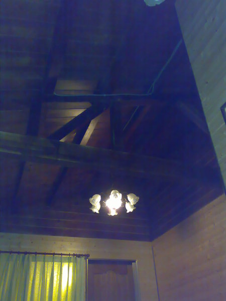 挑高的屋頂和吊燈
