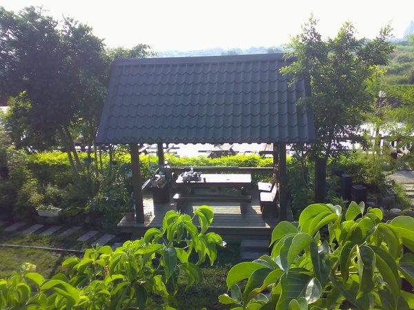 緊臨河堤步道的茶屋