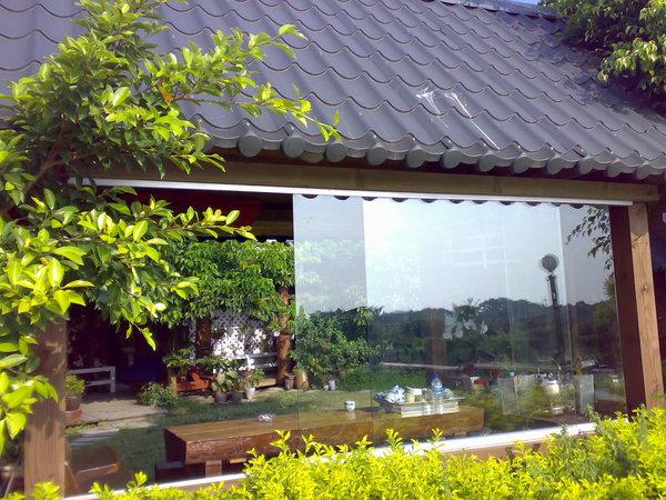 從河堤步道照茶屋,老闆貼心的加上透明大玻璃,下雨天也可以坐在河邊喝茶聊天