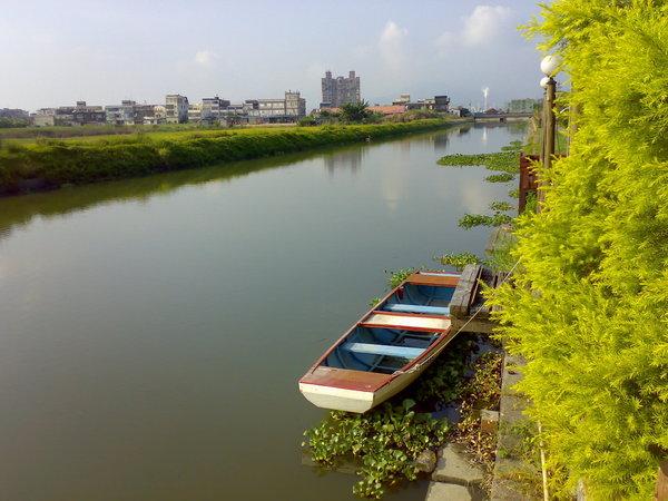 茶屋外小亭旁的小碼頭,可不可以划船我不清楚,但確定船是好的