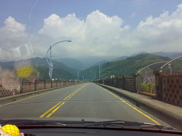 泰雅大橋的路燈長得像流星