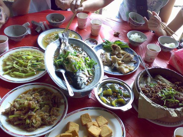 菜擺滿了整桌,這樣才可以餵飽蝗蟲們啊