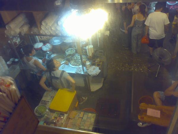 魚丸店二樓往下看的景象