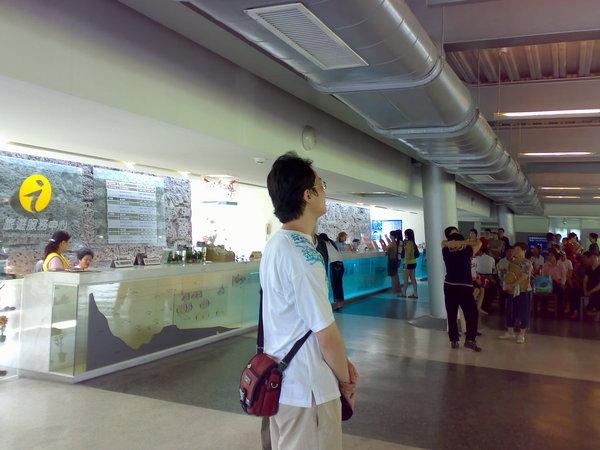 我想拍遊客中心的全貌,學生卻擋在鏡頭正中央(還兩個!其中一個被擋得很徹底),請他們讓開死都不走