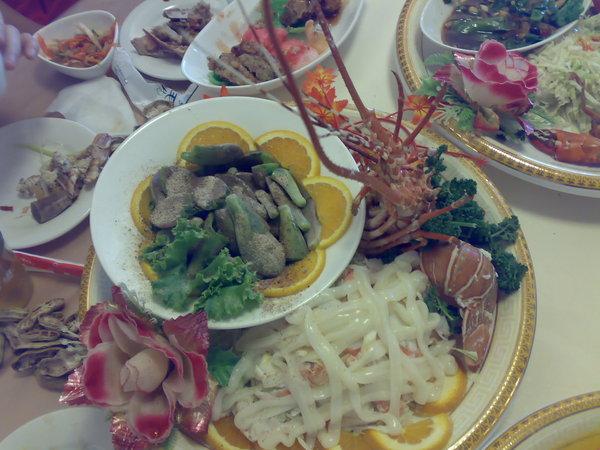 龍蝦沙拉和甘梅石蓮花片,我第一次知道石蓮花沾梅子粉比沾蜂蜜還甜!