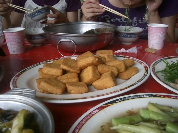酥炸蛋豆腐。這道菜很暢銷,尤其是沾店家附上的醬汁,很難讓人停得下筷子,於是又不小心吃得太多  :<
