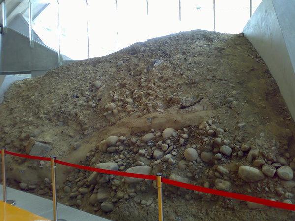仔細看看岩層位移的情況,對照上一張照片的圖說,就能體會地層變動後的差異囉