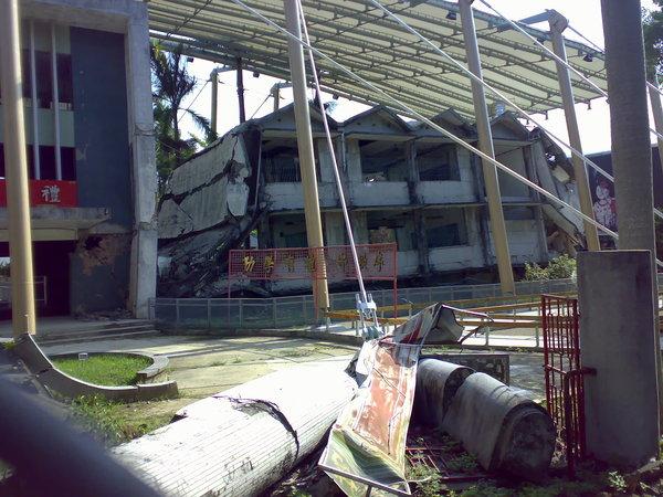 另一邊的教室毀壞區3