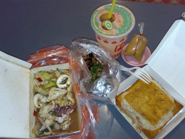 由左至右分別是炒花枝、炒螺肉、木瓜牛奶和棺材板