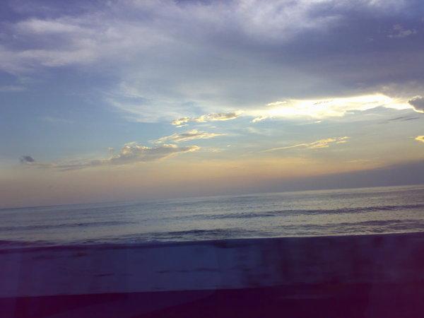 墾丁的夕陽,我們趕不上了,只能邊趕路邊看