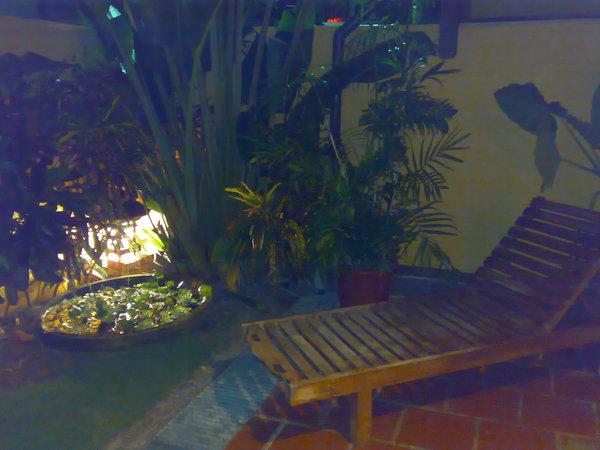 房間外的小庭院,應該是可以躺在椅子上享受的,但墾丁的室外實在很熱情阿,還是在房間裡吹冷氣就好了