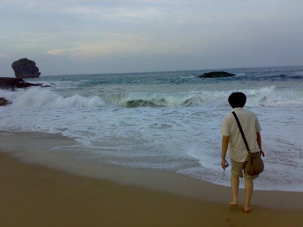 男人、沙灘、船帆石