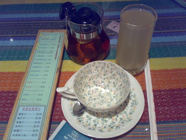 熱紅茶跟鳳梨汁都上桌了