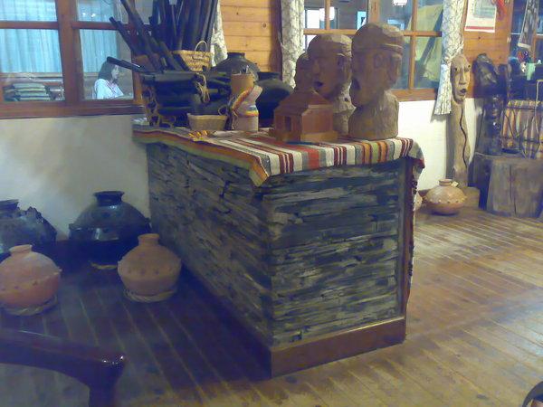 一進咖啡廳看到的台子,其實是石板堆成的