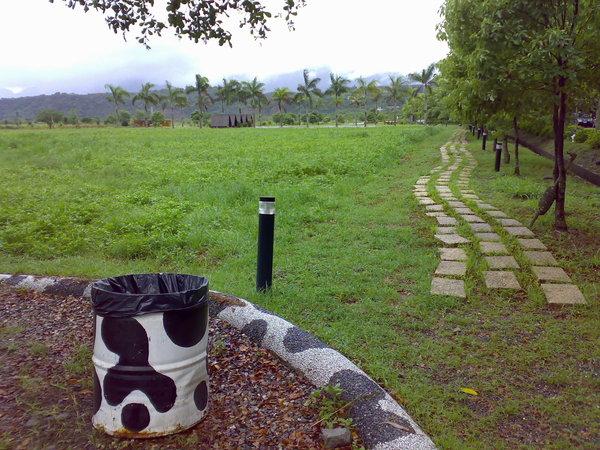 瑞穗牧場裡連垃圾桶的顏色都是乳牛黑白塊