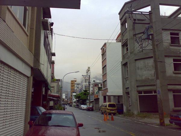 清晨五點的花蓮街景,很低的雲預告了颱風就要到來