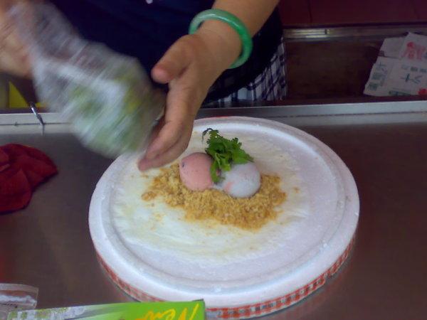 媽祖廟口前的花生冰淇淋,老闆娘正在加香菜,這一捲30元
