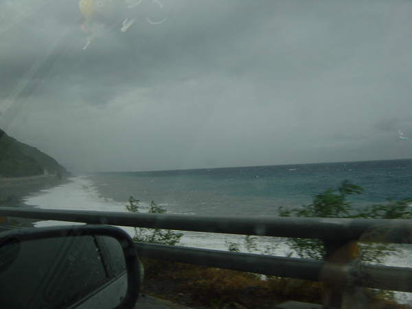 往台東的路上,因為颱風快來的關係,海都變成三種顏色了