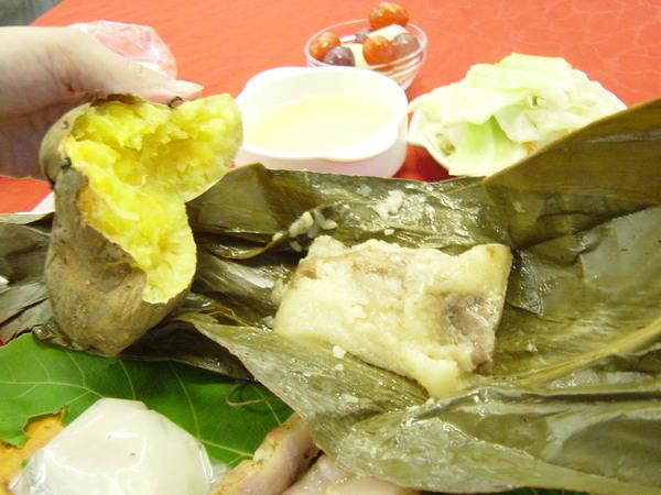 竹葉粽跟烤蕃薯打開的樣子......我的口水又要滴下來了啦,那個烤蕃薯真的很好吃!