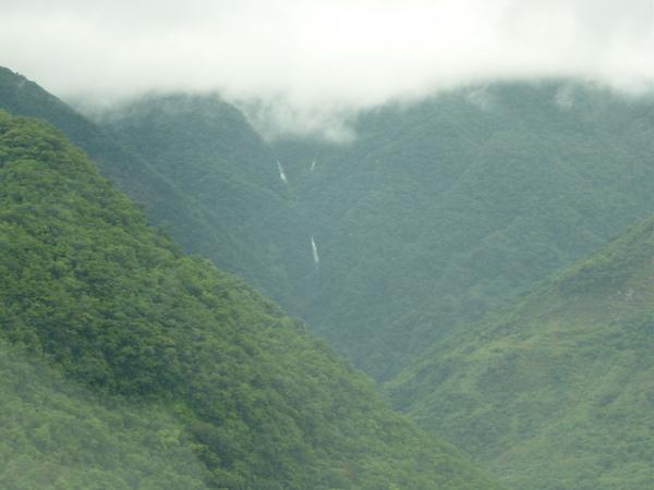 連日大雨造成的小瀑布