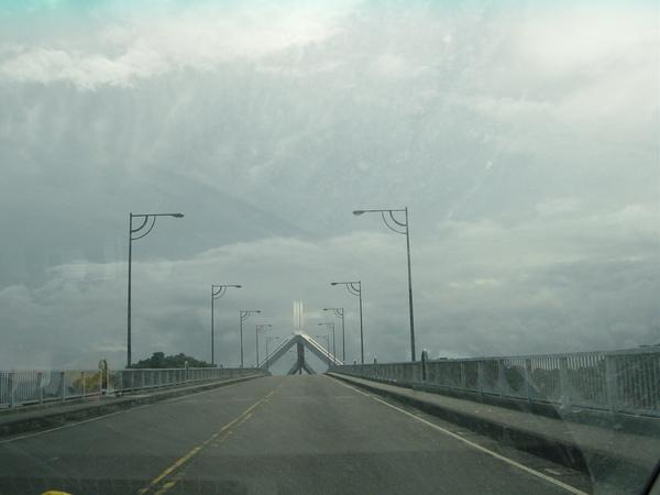 既然平安到南方澳,當然要去探探險,我們上橋想往豆腐岬走