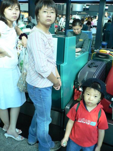 三人托運行李時的傻臉