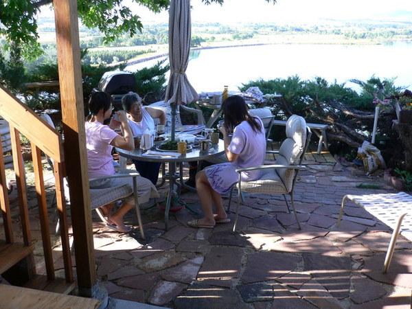 悠閒的早晨,在後院看著湖吃自己煮的清粥小菜