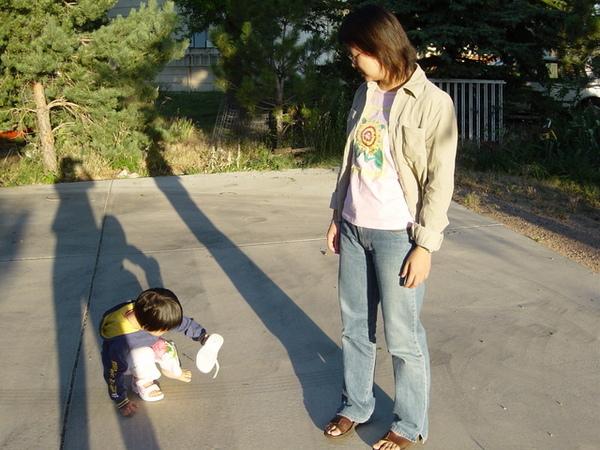 三歲就會自己穿鞋的杜小昀與耐心媽媽
