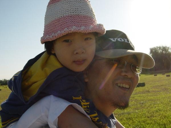 走累了的杜小昀和辛苦的爸爸