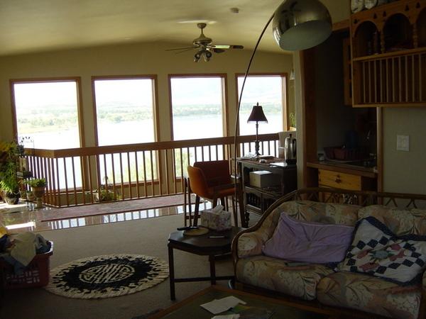 二樓起居室看出去整面落地窗外就是撒滿陽光的湖