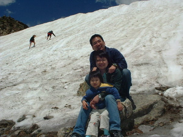 雪地裡的一家三口