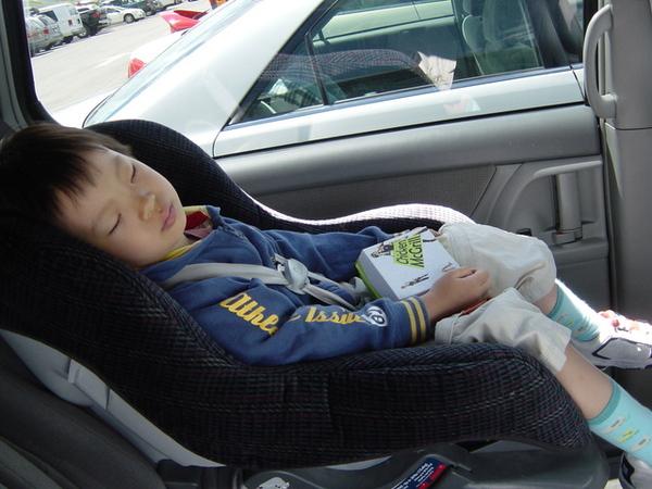 玩累也哭累了的杜小昀,抱著麥當勞麥香雞睡著了