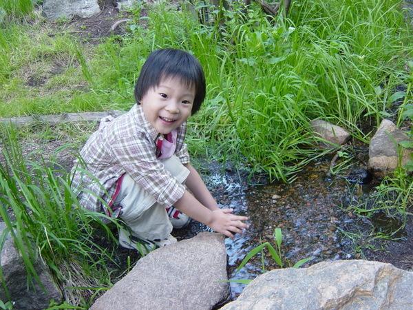 高興玩水的杜小昀