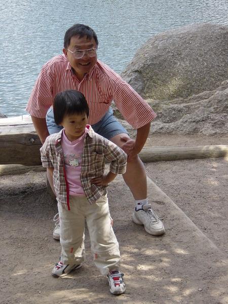 和姨丈擺一樣姿勢的杜小昀